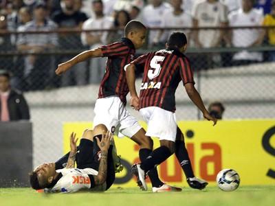 Paolo Guerrero Corinthians e Atlético-Pr (Foto: Marcos Ribolli)