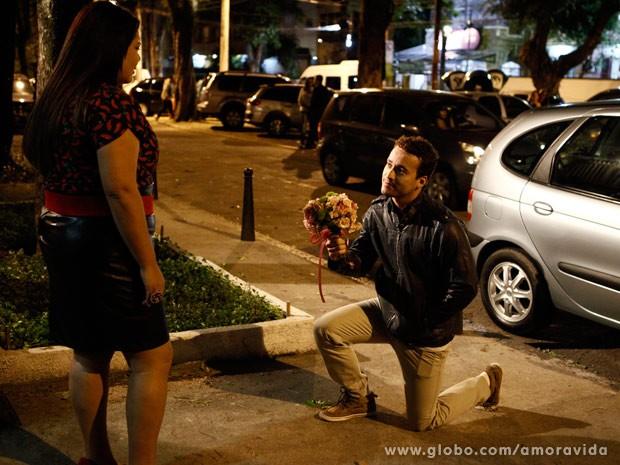 Daniel faz o romântico na hora de fazer o pedido (Foto: Amor à Vida/TV Globo)