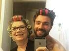 Lucas Valença, o 'Hipster da Federal', posa de bobe de cabelo com a mãe