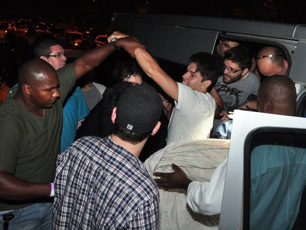 Nasser é resgatado da van do programa 'Pânico' após festa do 'BBB' (Foto: Roberto Teixeira/ EGO)