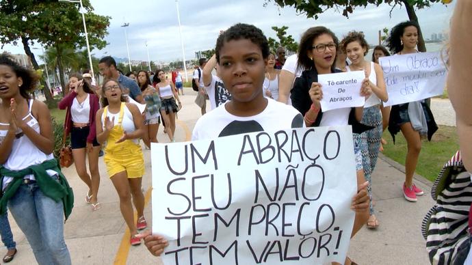 Eles vão com cartazes para identificar quem está participando  (Foto: Divulgação / TV Gazeta ES)
