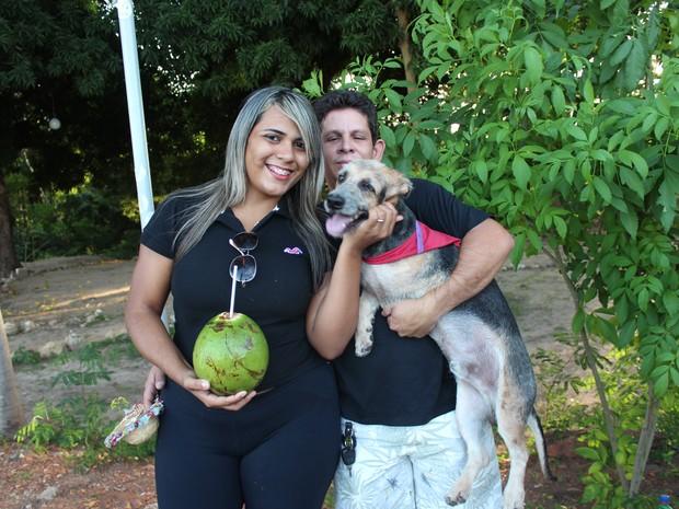Gleiciane de Sousa e Ruimar Oliveira adotaram o cão Ariel junto a Apipa (Foto: Pedro Santiago/G1)