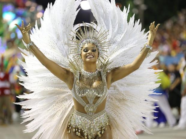 UNIDOS DA TIJUCA: a rainha de bateria Juliana Alves saúda o público na Sapucaí. (Foto: Rodrigo Gorosito/G1)