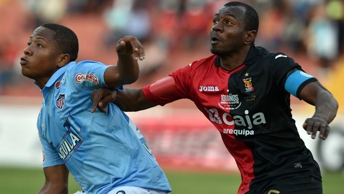Jhon Vasquez e Edgar Villmarin, Melgar x Junior Barranquilla, Copa Sul-Americana (Foto: Cris Bouroncle / AFP)
