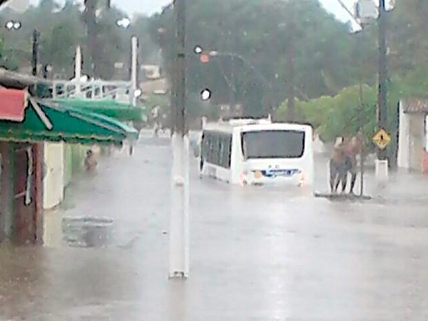 Com chuva, passageiros ficaram ilhados em ônibus em Pirangi (Foto: João Silva/G1)