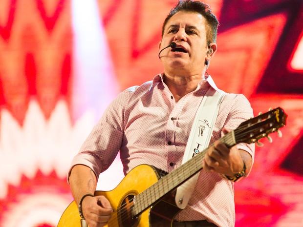 Marrone assume o violão em show no palco da arena em Ribeirão Preto (SP) (Foto: Érico Andrade/G1)