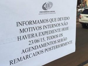 Cartaz na porta de agência do INSS diz que fechamento ocorre 'por motivos internos' (Foto: Reprodução/TV Anhanguera)