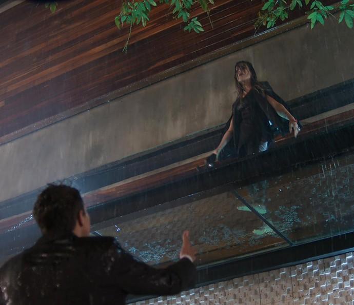 Tamara chama a atenção dançando no alto de uma casa de shows (Foto: TV Globo)