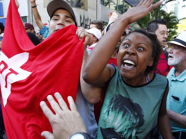 Manifestantes com a bandeira do PT discutem com grupo que fez protesto contra o governo na Avenida Paulista (Foto: Vilmar Bannachi/Futura Press/Estadão Conteúdo)