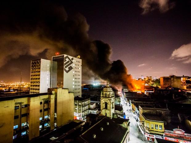 De longe, era possível ver uma grande coluna de fumaça (Foto: Jonathan Lins/G1)