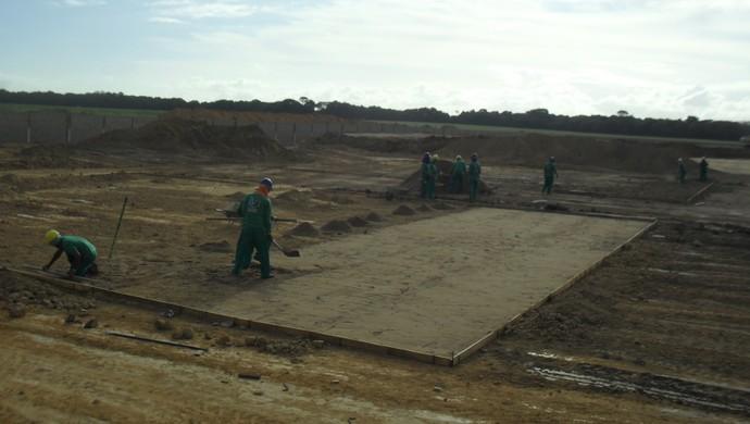 Operários trabalham na construção dos alojamentos do Ninho do Galo (Foto: Denison Roma / GloboEsporte.com)