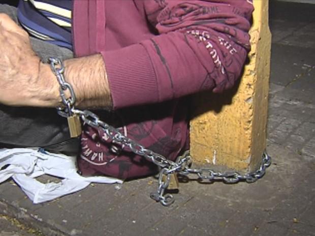 Homem se acorrentou a poste em Bauru (Foto: Reprodução / TV TEM)