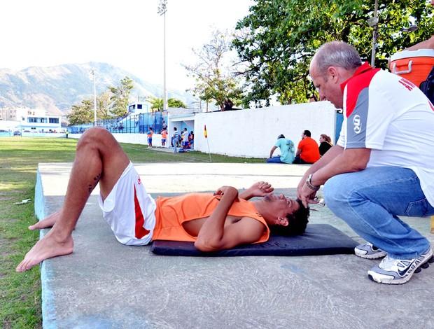 Zagueiro Barbosa, do America-rj, passa mal com o calor no Rio (Foto: Rui Zilnet)