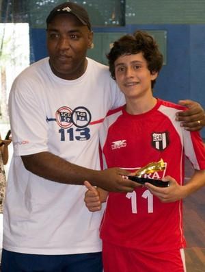 Sebá, treinador do Esporte Clube Pinheiros, entrega o troféu de melhor jogador ao João Filipe Soragi (Foto: Arquivo Pessoal)
