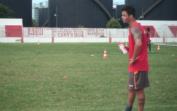 Léo está treinando firme para reconquistar seu espaço no CRB (Foto: Henrique Pereira/ Globoesporte.com)
