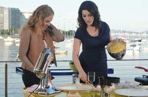 Apresentadora e a chef Nigella esto juntas na cozinha (TV Globo/ Estrelas)