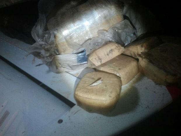 Avião foi abandonada em uma plantação de batatas na Zona Rural de Itaí (SP) (Foto: Adolfo Lima/TV Tem)