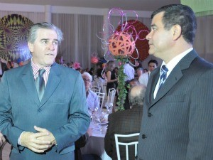 Melatte (à esq.) e Nicomedes (à dir.) conversam antes da premiação (Foto: Leandro Abreu/G1 MS)