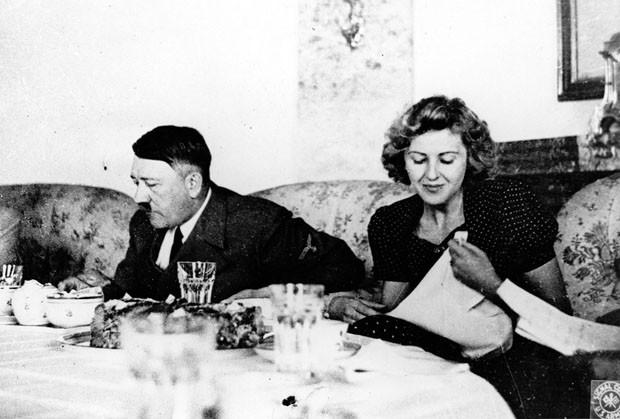 Foto de arquivo sem data mostra Adolf Hitler e sua amante Eva Braun jantando (Foto: AP Photo/US Army Signal Corps do arquivo de Eva Braun)