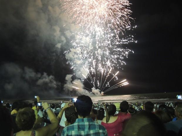 Fogos na orla de Boa Viagem, no Recife (Foto: Thays Estarque/G1)