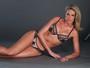 Ana Hickmann posa de lingerie e exibe boa forma em nova campanha