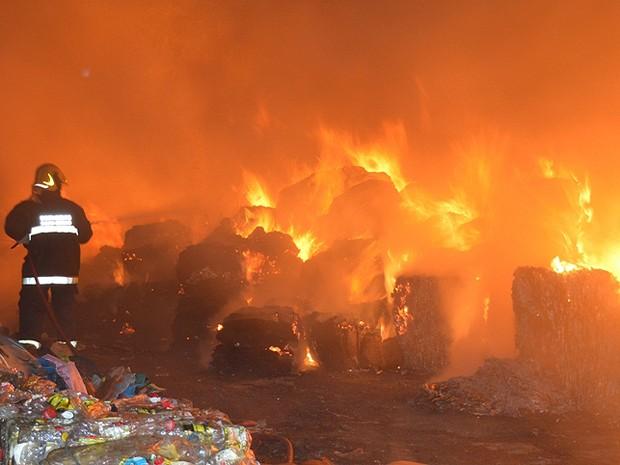 Incêndio depósito em Leopoldina (Foto: Júlio Cabral/O Vigilante Online)