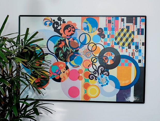O quadro de Beatriz Milhazes  foi presente de um amigo e foi danificado no canto inferior direito durante  uma mudança (Foto:  )