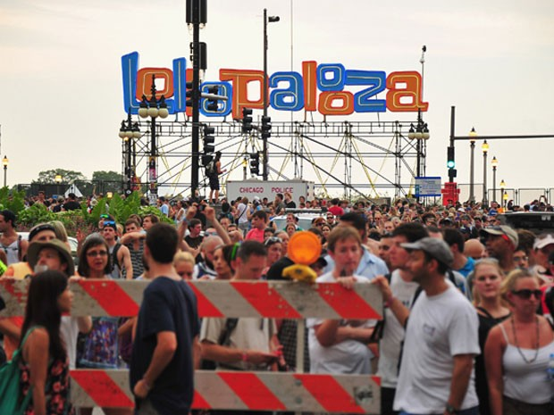 Público do Lollapalooza 2012 evacua local do festival em Chicago; evento foi interrompido por causa do mau tempo (Foto: The New York Times)