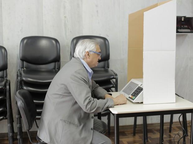 Candidato Paulinho Courominas (PSB) vota em Poços de Caldas (MG). (Foto: Karina Sales)