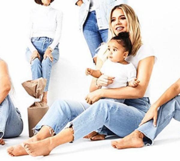 A socialite Khloé Kardashian com a sobrinha escondendo sua barriga (Foto: Divulgação)