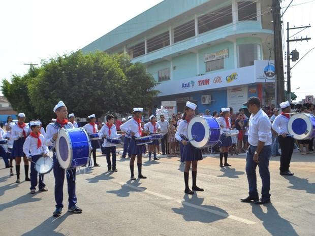 Mais de 30 escolas participaram do desfile de 7 de setembro (Foto: Samira Lima/ G1)