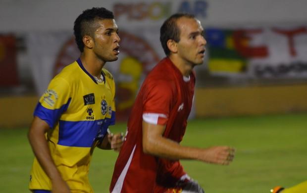 Cambalhota fez dois gols no jogo (Foto: Felipe Martins)