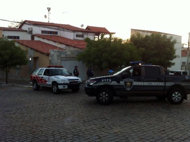 Policiais cumprem mandados de busca e apreensão em Caicó nesta terça (15) (Foto: Igor Jácome/G1)