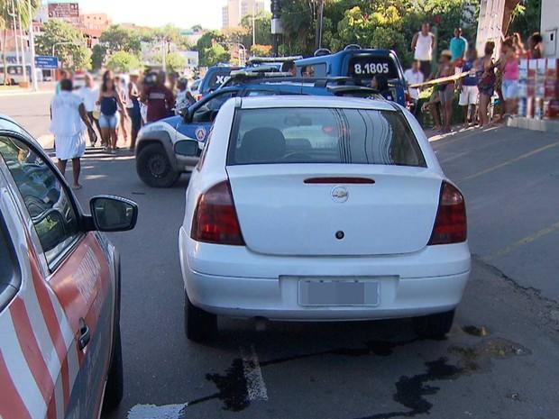 Local onde estava carro com a vítima foi isolado pela polícia para que populares não se aproximassem (Foto: Imagem/TV Bahia)