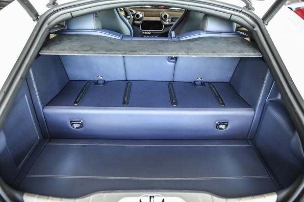 Porta-malas leva bons 450 litros, o que transforma a GTC4Lusso na mais prática das Ferrari (Foto: Divulgação)