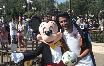 De volta à infância: Luan representa o Vasco em desfile na Disney
