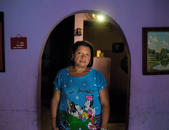 """Gretty Toval,43 anos,auxiliar administrativa desempregada,moradora de Petare ,favela de Caracas,uma das maiores  da América Latina.Ela fazia """"mandioca cozida,mandioca frita e arepa de mandioca"""" para alimentar os dois filhos e a avó (Foto:  Manaure Quintero/ÉPOCA)"""