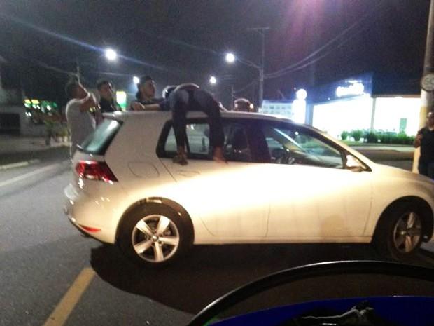 Passageira de moto foi parar em cima de carro durante acidente (Foto: Carlos Martins/Arquivo Pessoal)