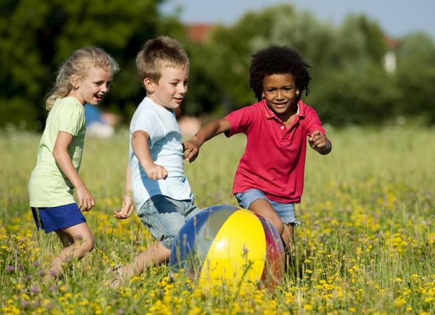 crianças; bruincando; brincar; ar livre; bola (Foto: Thinkstock)