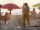 Rita Guedes se exercita de biquíni na praia e mostra boa forma aos 42 anos