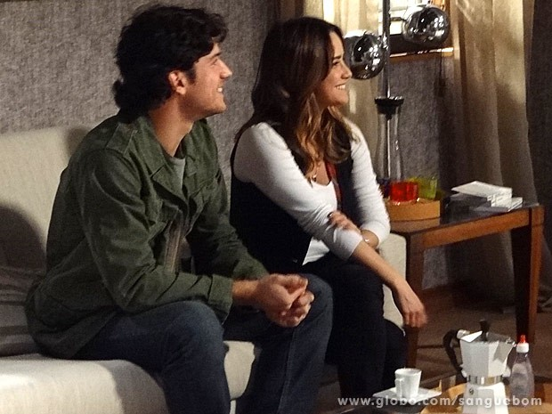 Bento e Malu ficam surpresos com o convite (Foto: Sangue Bom / TV Globo)