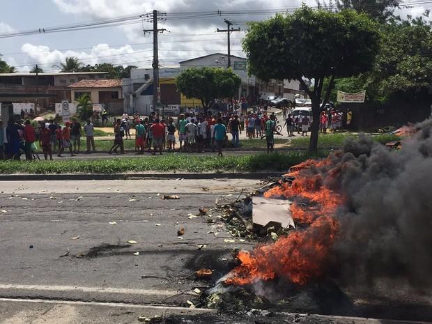 Moradores da comunidade de Santo Antônio, em Igarassu, protestam contra falta de energia (Foto: Joseph Falcão / TV Globo)