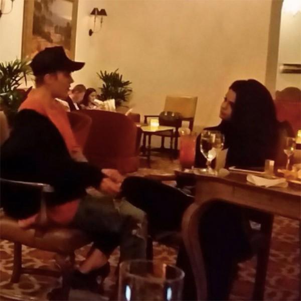 Justin Bieber e Selena Gomez conversam em registro feito por fãs (Foto: Reprodução/Instagram)