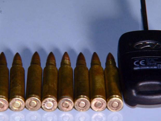 Munições e chave de carro apreendidos na casa do suspeito em Campinas (Foto: Luciano Machado/EPTV)