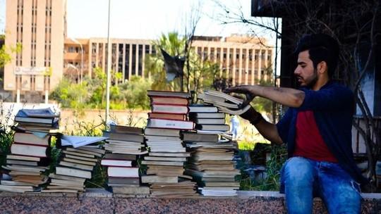 Grupo tenta refazer biblioteca após Estado Islâmico deixar Mossul