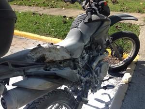 Moto de policial militar foi incendiada em Florianópolis (Foto: Naim Campos/RBS TV)