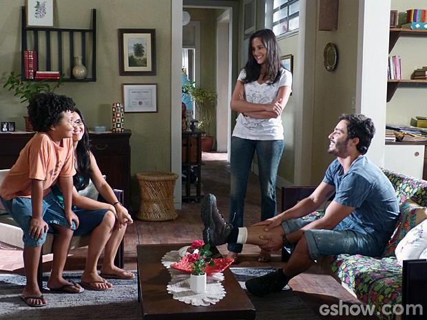 William apresenta Celina e Nilson para Sandra (Foto: Além do Horizonte/ TV Globo)