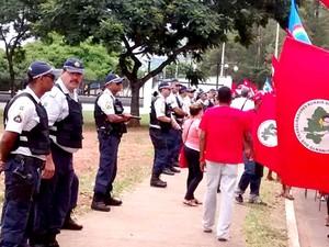 Policiais fazem isolamento da embaixada norte-americana durante marcha do MST (Foto: Isabella Calzolari/G1)