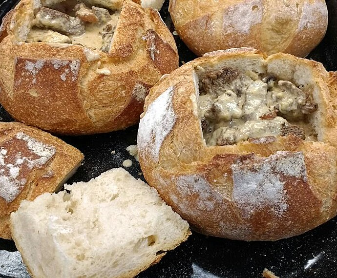 Filé no pão ao molho de queijo