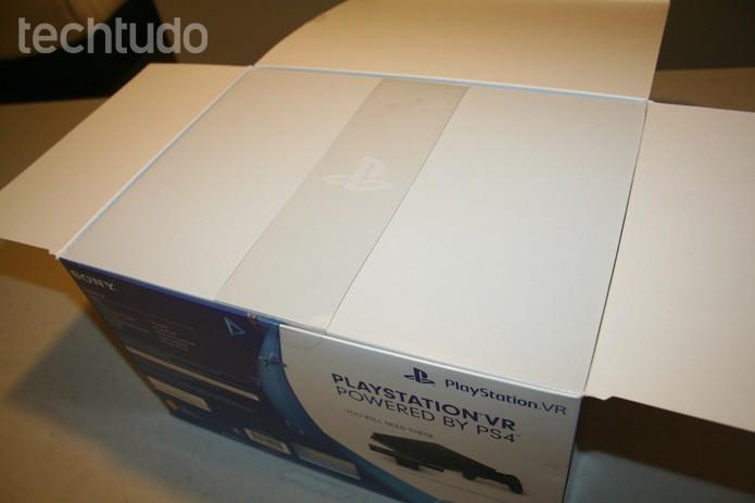 Primeira abertura da caixa do PS VR - com marca (Foto: Felipe Vinha/Techtudo )